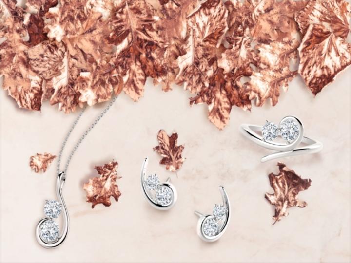 シンプルスタイルを格上げする「2粒ダイヤモンド」