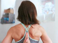 猫背が伸びると気持ちいい! 肩を開くストレッチで、悪い姿勢を解消しよう