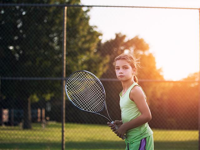 テニスをする少女