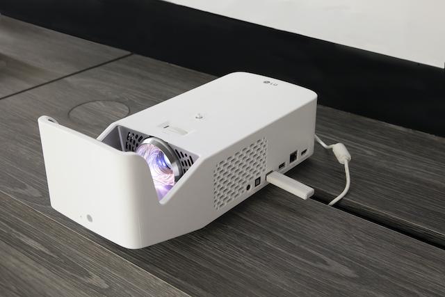 スッキリしたデザインとコンパクトなサイズが魅力の「CineBeam HF65LS」。