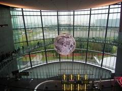 これが未来のお月見。球体に映し出される「中秋の名月」が日本科学未来館に出現