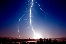雷鳴が聞こえてからでは手遅れ!? 自宅の家電を雷からブロックする方法