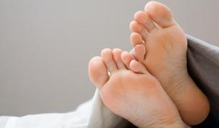 説明しがたい脚の不快感で眠れない...! それは「むずむず脚症候群」かも