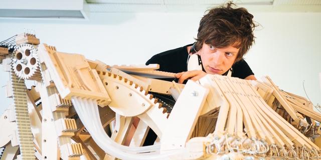 2,000球が音を奏でる複雑で有機的な楽器『Marble Machine』そのローファイな製造工程
