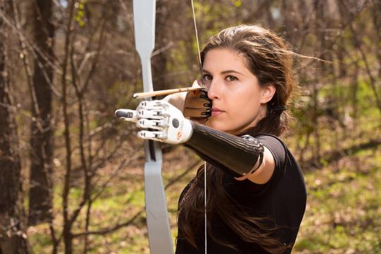 『ハンガーゲーム』に出演したサイボーグとして生きる女優エンジェル・ジェフリア