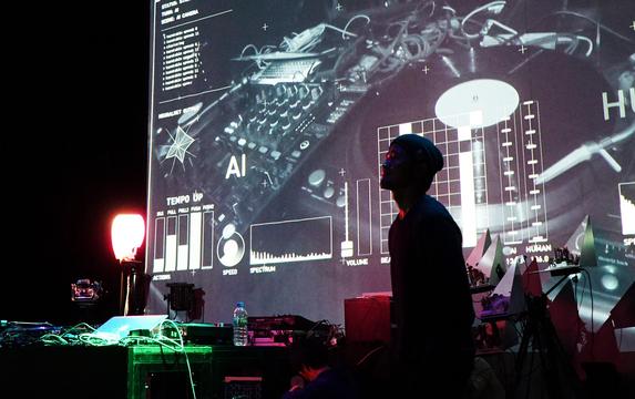 DJが機械に近づき、機械が音楽を知る世界:『欲望する機械(マシン・デジラント)』レポート