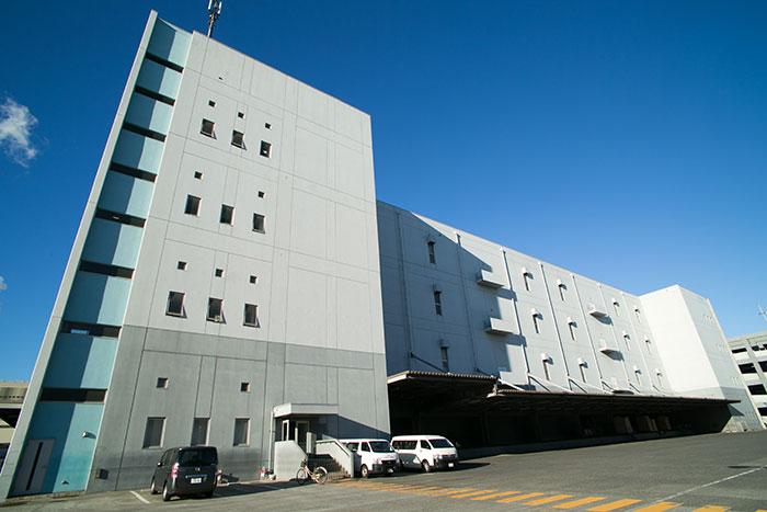 オートストアが稼働するホームロジスティクスの東日本通販発送センター