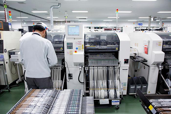 基盤に部品を実装するパナソニック製の電子部品実装システム