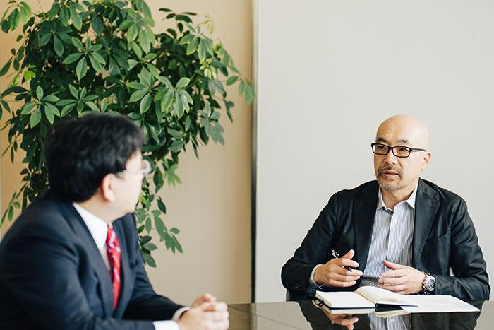 対談する梶浦英亮氏と小林弘人氏