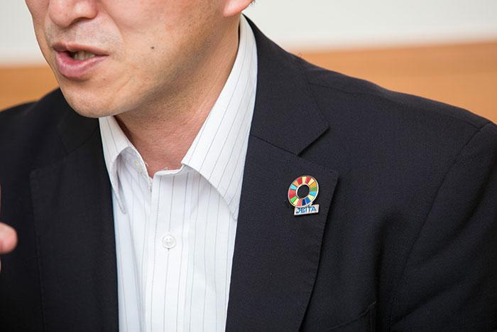 千村氏の胸元にあるSDGsのバッジ
