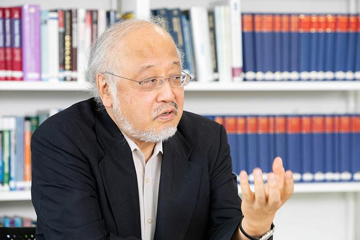 インタビューに応じる藤本隆宏氏