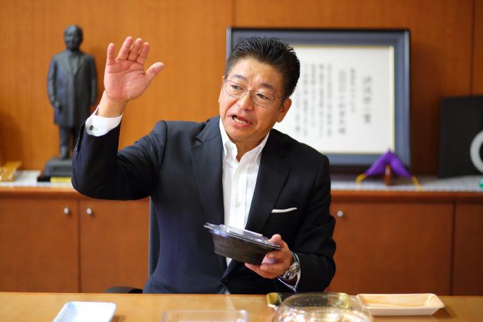 インタビューに答える佐藤守正氏