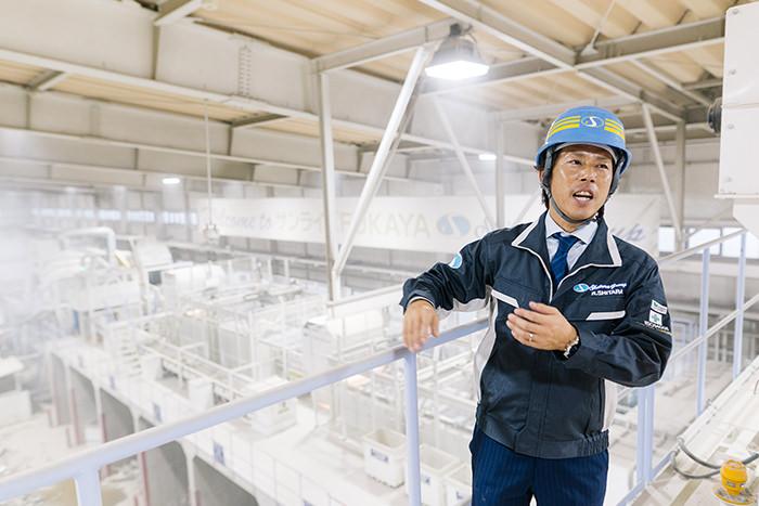 工場の仕組みなどを解説する設楽社長