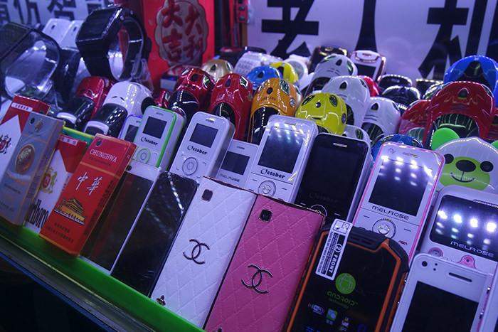 広東省深圳市の電気街で販売されている山寨携帯