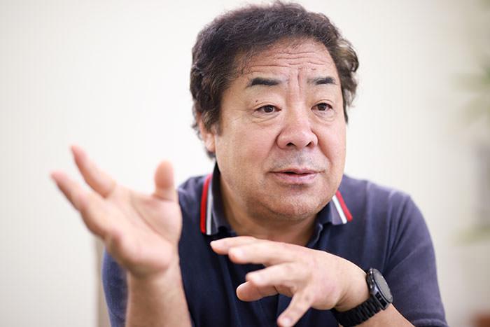 インタビューを受ける山本氏