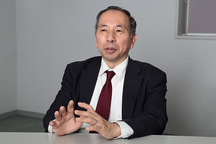 インタビューに応じる須田氏