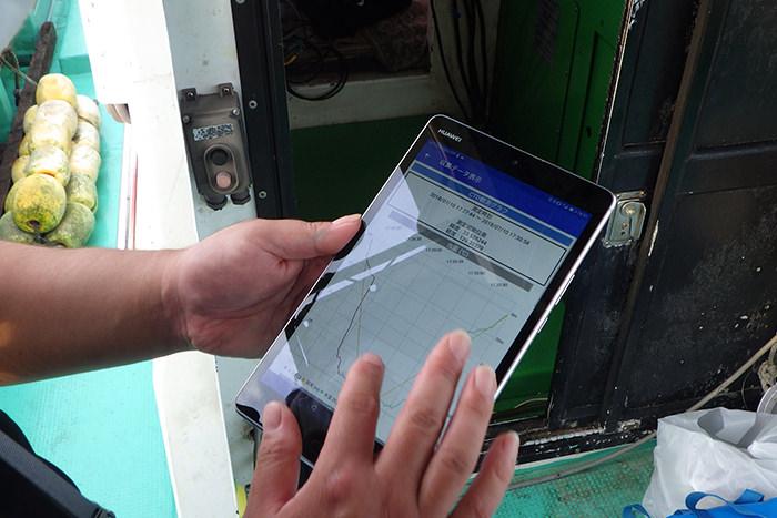 船上でタブレットを使用する様子