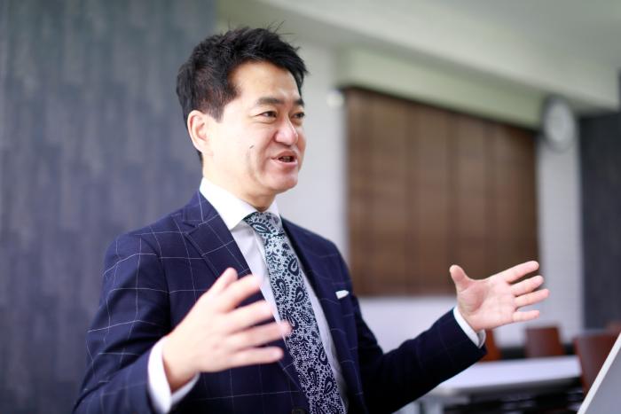 インタビューに応じる角井氏