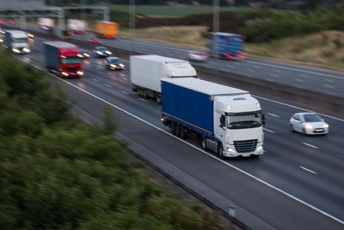 幹線道路を走行するトラック