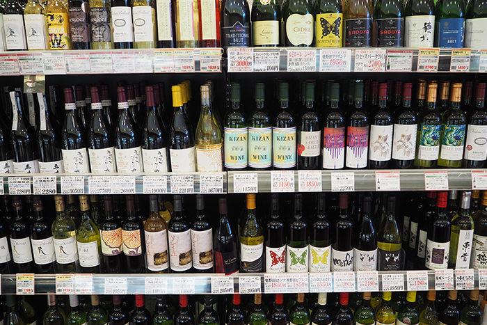 ひまわり市場のワイン展示の様子