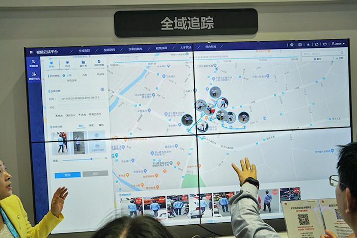 中国公共安全エキスポでのファーウェイ社の展示。ターゲットの移動経路を地図上にわかりやすくマッピングする