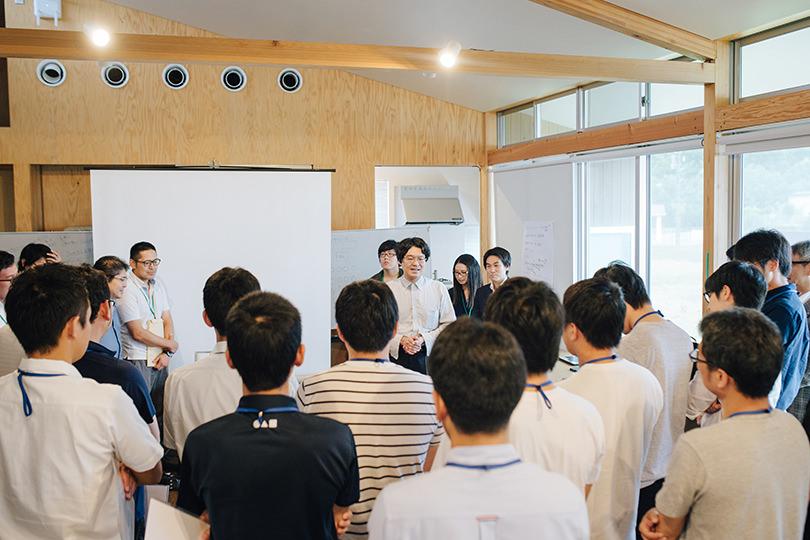 田中教授の話に聞き入る参加者たち