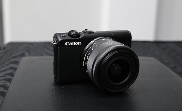 キヤノン「EOS M100」発表! 華奢な見た目の隠れマッチョ的ミラーレスカメラ