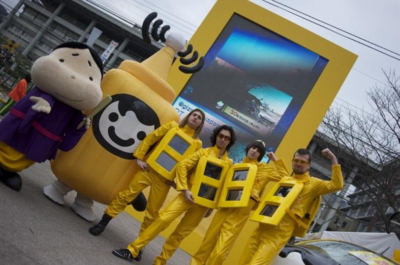 未来から来た!? イケメン4人組「サイネージマン」に密着取材! びわ湖毎日マラソンを盛り上げたデジタルサイネージ #biwako2011