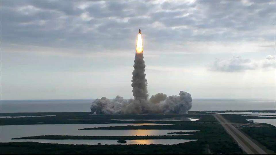 遠くから撮影されたスペースシャトル画像
