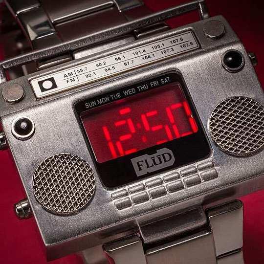 音楽をこの手に! ラジカセ型の腕時計が登場