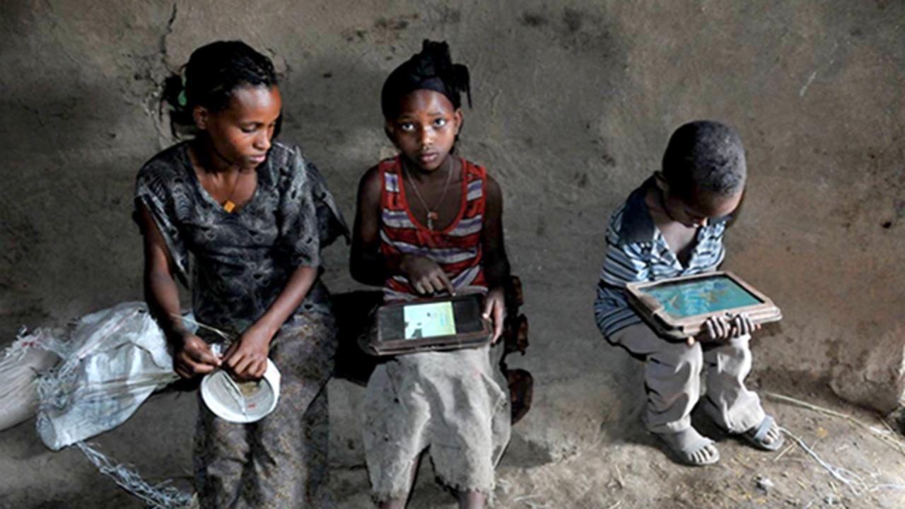 読み書きできないエチオピアの子供たちにAndroidタブレットを与えたら...彼らは5ヶ月でハックした