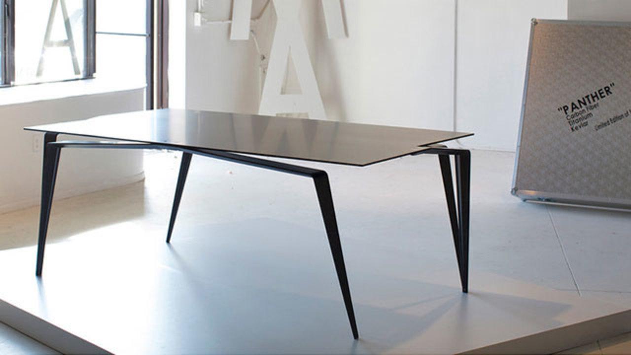 カーボンファイバー製のとっても軽いダイニングテーブルがとっても高い!