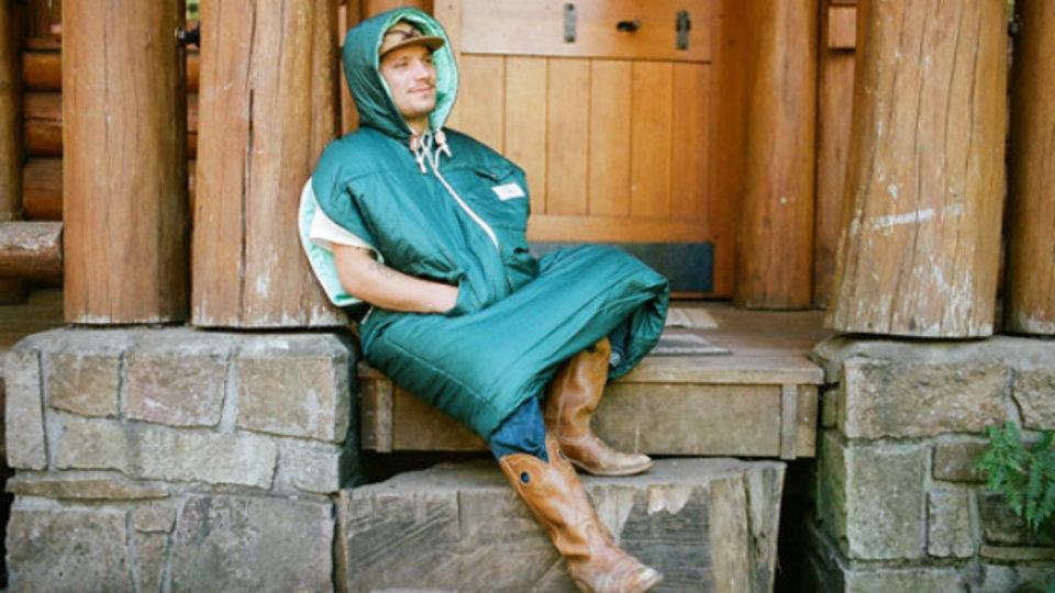 着る毛布を超えるダメ人間製造機? 野外なら断然「着る寝袋」