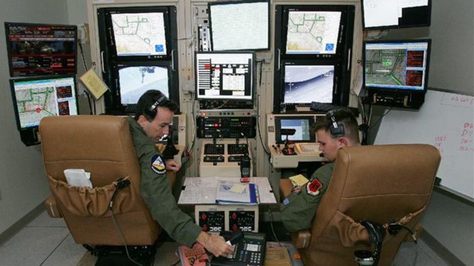 ドローンを遠隔操縦するパイロットふたりの悲しい会話