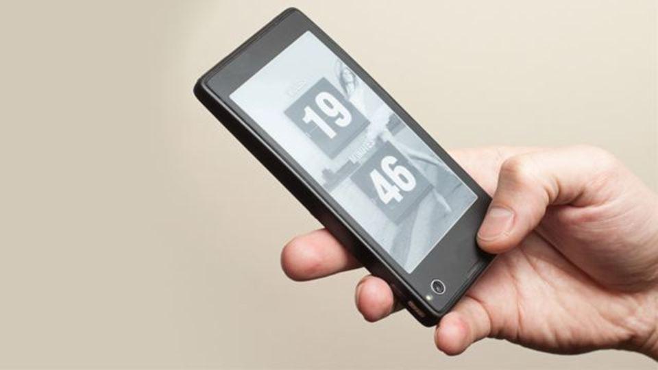 LCD×E Inkで電池長もちのデュアルスクリーン携帯、露Yotaより来年発売(写真ギャラリーあり)