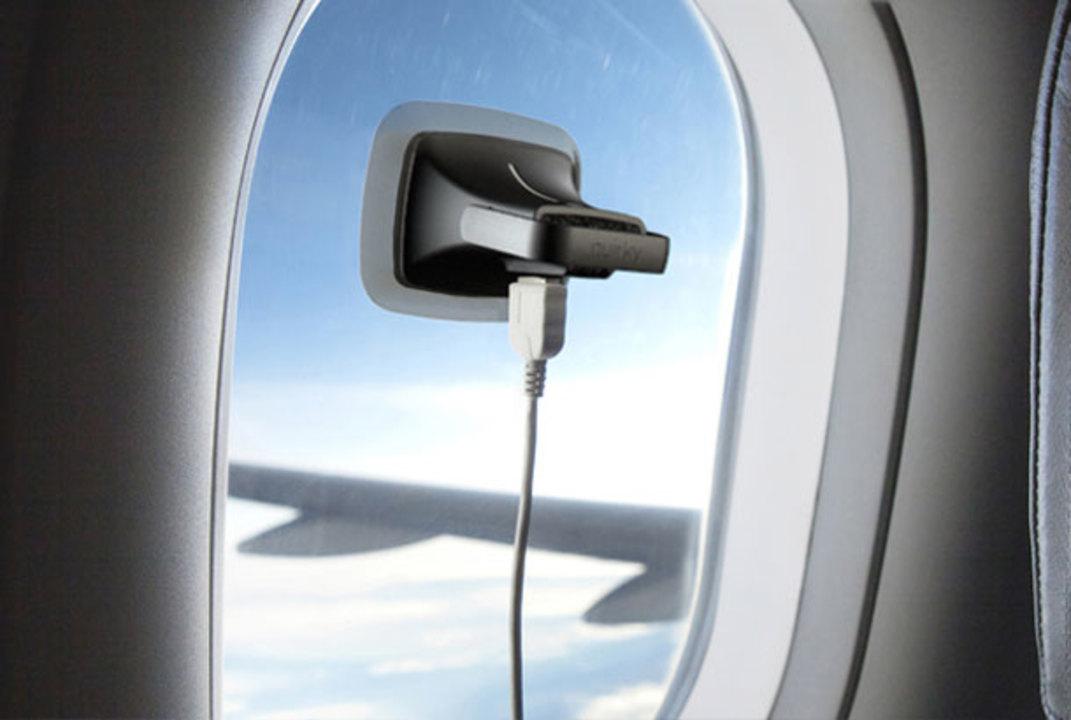 飛行機内で目一杯充電できる! 窓にくっつける吸盤つきソーラー充電器