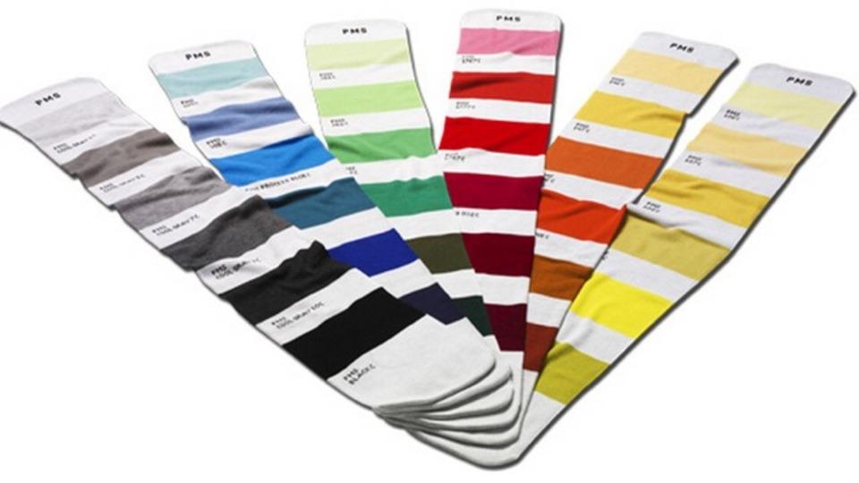 首に巻けばオシャレと便利が両立。色見本帳柄のパーフェクト・マッチング・スカーフ