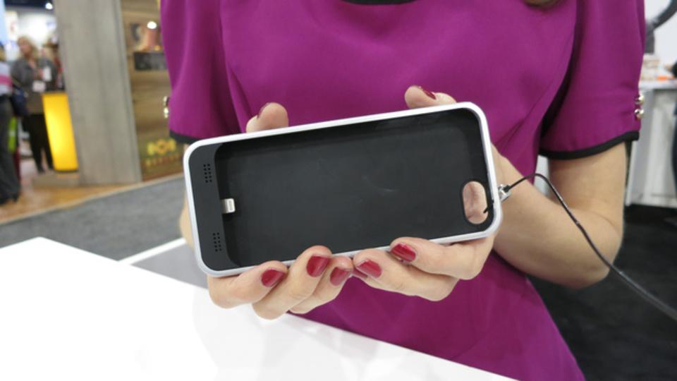 [ #CES2013 ]iPhone5用の充電器つきケース「Mojo Refuel」ハンズオン