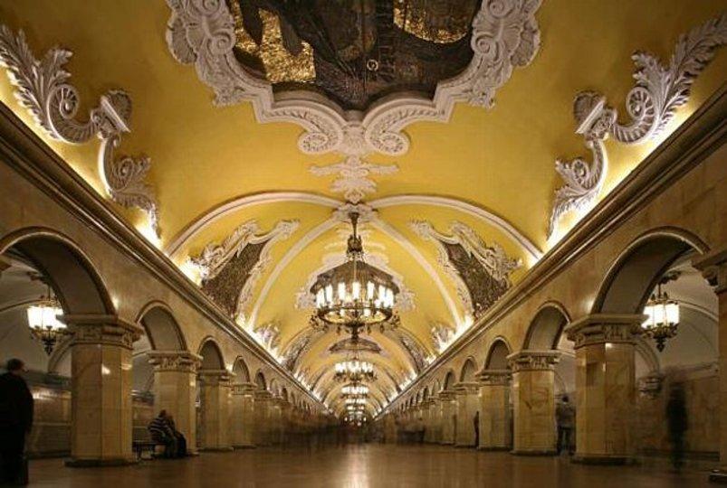 えっ、これが地下鉄の駅? モスクワの地下鉄駅がまるで地下宮殿!