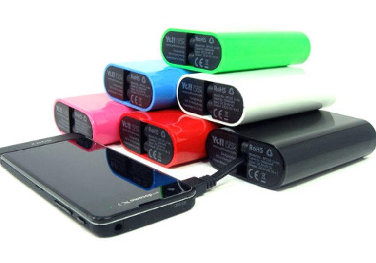 充電用USBケーブルを内蔵したカラフルなモバイルバッテリー