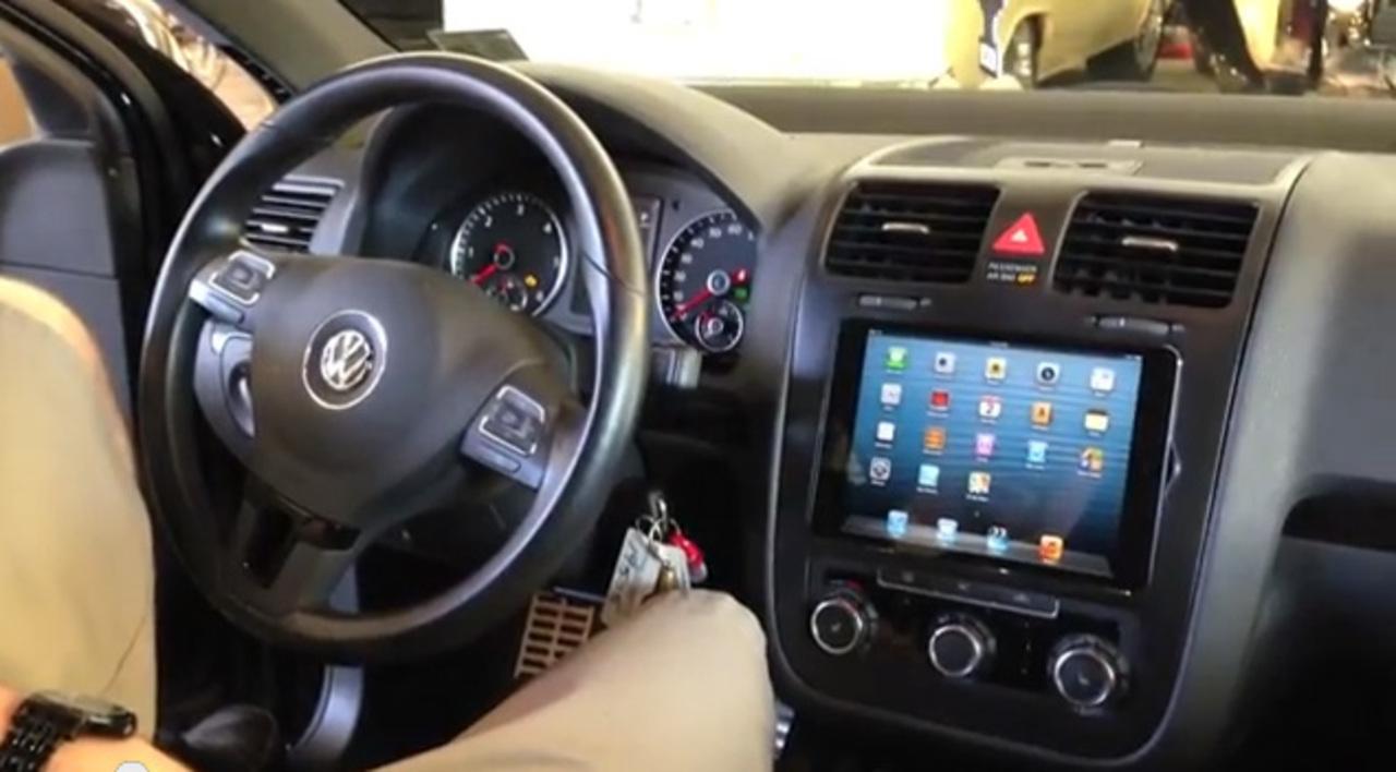 ダッシュボードにiPad miniを埋め込んだ「iCar」的なものを作ったカーショップ(動画あり)