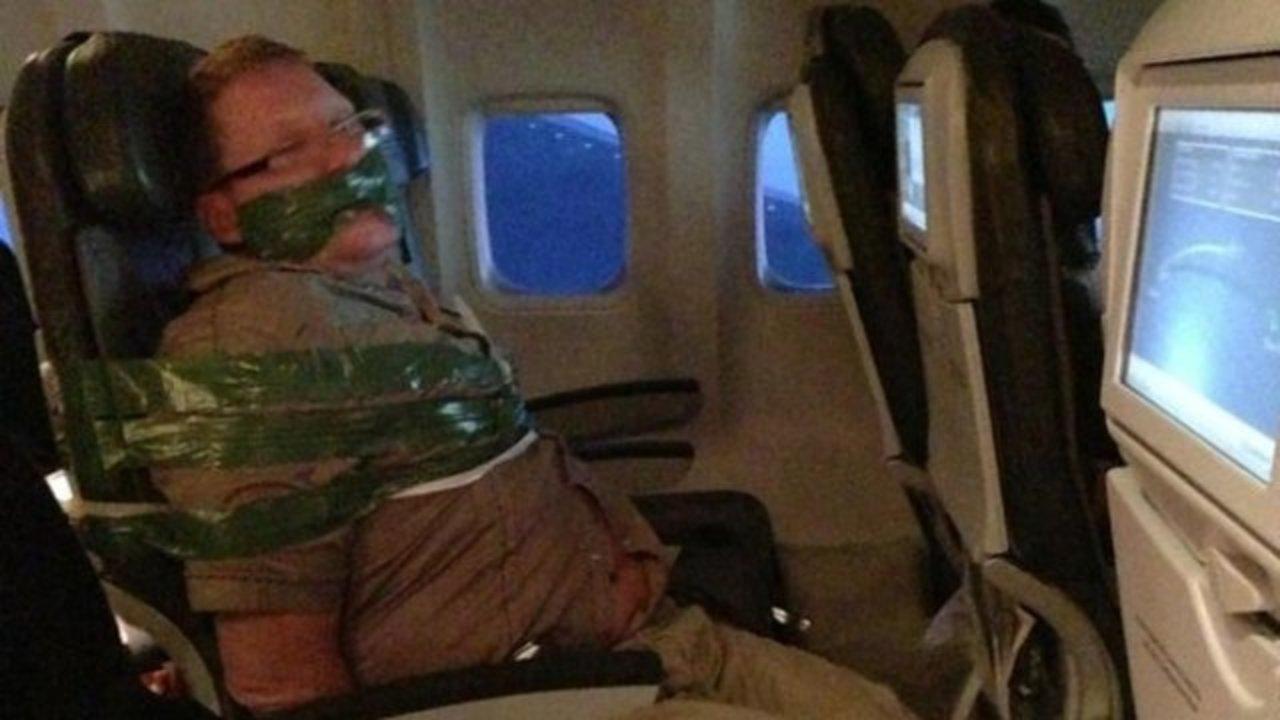 泥酔大暴れ乗客、飛行機でテープぐるぐる巻で拘束される