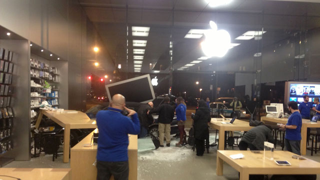 20130115applestorecarcrash01.jpg