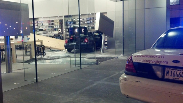 20130115applestorecarcrash02.jpg