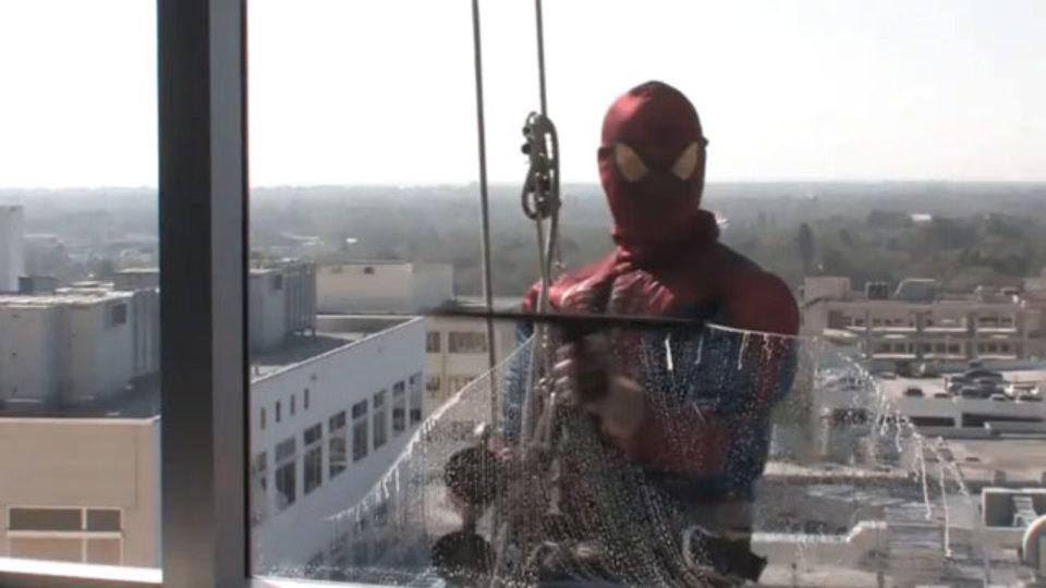 小児病院にスパイダーマンが窓拭き掃除にやってきた!(動画)