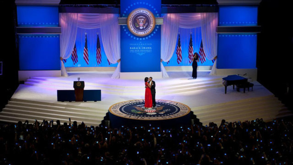 オバマ大統領とミシェル夫人のダンス、周囲にはモバイル端末スクリーンの光がまるでイルミネーションのように