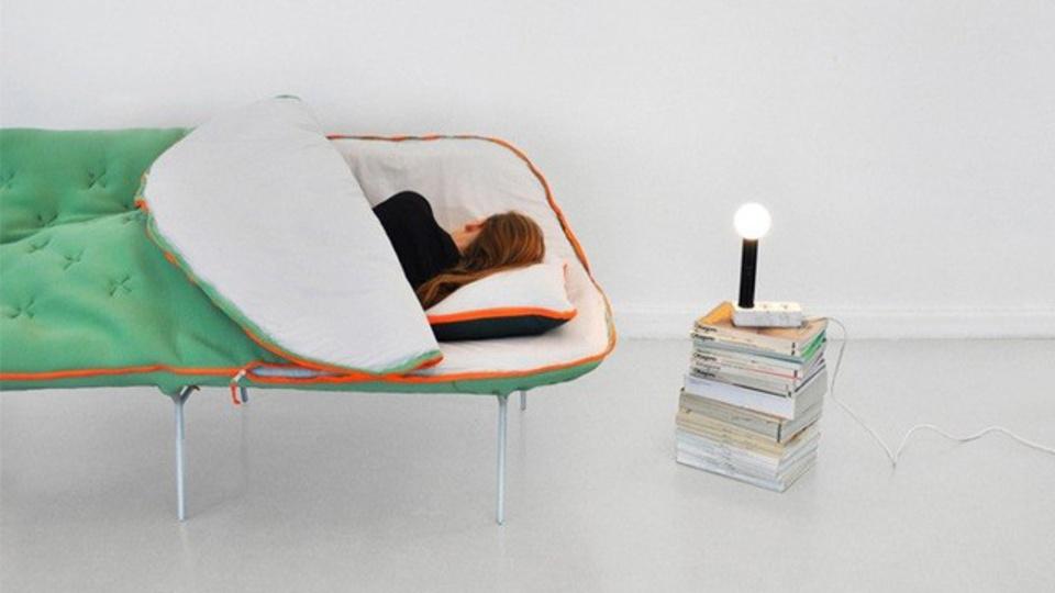 「ベッドまでの距離が遠い...」 睡眠ノマド御用達(?)の寝袋ソファー