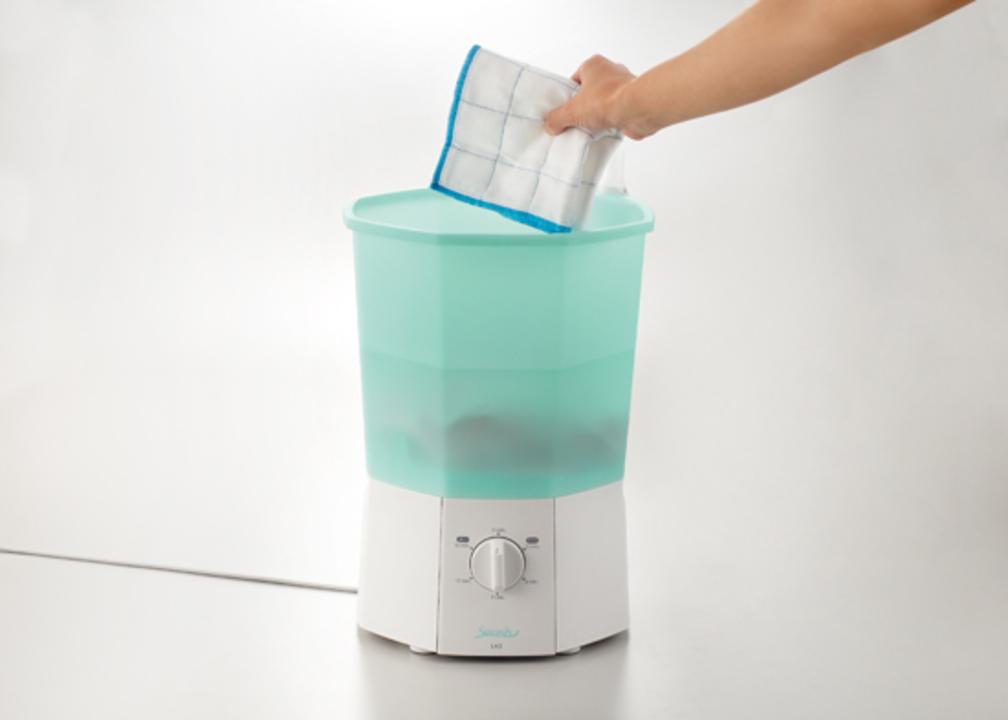 汚れたらサッと洗浄。文具メーカーのキングジムがデスクトップ洗濯機を発売