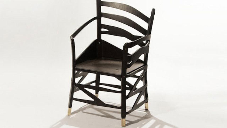 ぐにゃぐにゃなのにしっかりしてて、座ってないのに座ってる。目の錯覚を利用した不思議な椅子(動画あり)