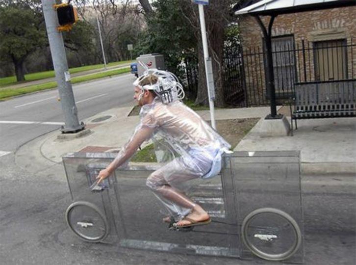 もうちょっとで完成のスッケスケ透明自転車